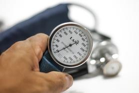 Низкое давление небезопасно для пожилых людей, предупреждают эксперты