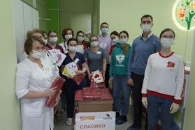 Волонтеры поздравили свердловских педиатров с профессиональным праздником
